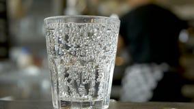 Close-up van vers sodawaterglas stock video