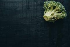 Close-up van verse groene Broccoli op zwart bord hoogste mening, Royalty-vrije Stock Afbeelding