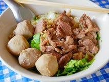 Close-up van verse noedelssoep met gestoofd rundvlees Guay Tiao Nuea - heerlijk en gezond straatvoedsel in Thailand stock afbeeldingen