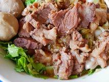 Close-up van verse noedelssoep met gestoofd rundvlees Guay Tiao Nuea - heerlijk en gezond straatvoedsel in Thailand royalty-vrije stock afbeelding