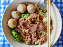 Close-up van verse noedelssoep met gestoofd rundvlees Guay Tiao Nuea - heerlijk en gezond straatvoedsel in Thailand stock foto