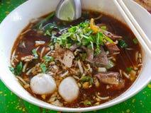 Close-up van verse noedelssoep met varkensvlees en zijn smakelijke dikke bouillon Guay Tiao Nam Tok Moo royalty-vrije stock foto's