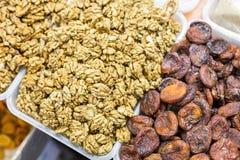 Close-up van verse smakelijke gepelde okkernoot en gebraden abrikozen bij markt stock afbeelding