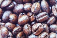 Close-up van verspreid koffiebonen. Achtergrond Stock Fotografie