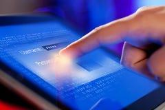 Close-up van vinger wat betreft het scherm tablet-PC stock afbeeldingen