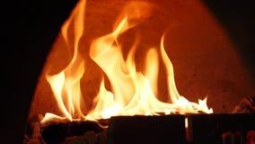Close-up van vlam van brand het branden in oven Kader Prachtig brandende vlam van brand in traditioneel houten brandend fornuis stock video