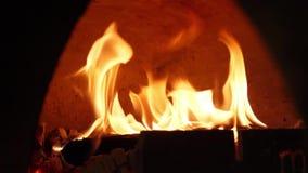 Close-up van vlam van brand het branden in oven Kader Prachtig brandende vlam van brand in traditioneel houten brandend fornuis stock footage