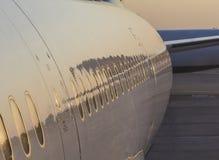 Close-up van vliegtuigen met bezinningen stock afbeeldingen