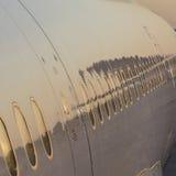 Close-up van vliegtuigen met bezinningen stock foto's