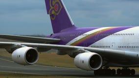 Close-up van vliegtuigenstaart met purpere livrei stock videobeelden