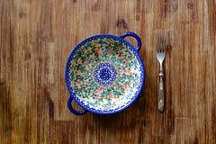 Close-up van vork en uitstekende plaat met kleurrijke ornamenten Royalty-vrije Stock Afbeeldingen