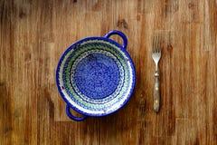Close-up van vork en uitstekende plaat met kleurrijke ornamenten Stock Fotografie