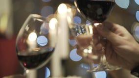Close-up van vrienden die rode wijn en champagneglazen in het restaurant clinking actie Vrienden` s vergadering stock videobeelden
