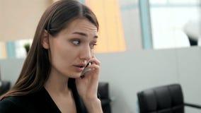 Close-up van vrij het donkerbruine bedrijfsvrouw spreken op de telefoon in bureau, mooie Arabische adviseur Stock Foto's