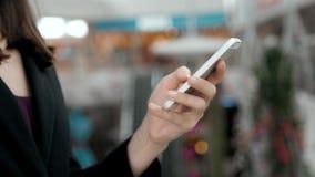 Close-up van vrij het donkerbruine bedrijfsvrouw spreken op de telefoon in bureau, mooie Arabische adviseur Stock Afbeeldingen