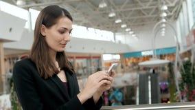 Close-up van vrij het donkerbruine bedrijfsvrouw spreken op de telefoon in bureau, mooie Arabische adviseur Stock Foto