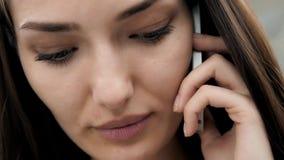 Close-up van vrij het donkerbruine bedrijfsvrouw spreken op de telefoon in bureau, mooie Arabische adviseur Royalty-vrije Stock Afbeeldingen