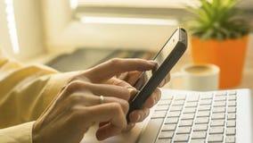 Close-up van vrouw die mobiele slimme telefoon met behulp van work Royalty-vrije Stock Afbeelding
