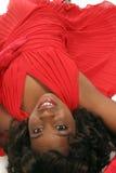 Close-up van vrouw die op wit in rode kleding wordt geïsoleerdg Stock Foto