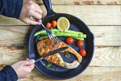 Close-up van vrouw ` die s gekookte zalm eten Royalty-vrije Stock Afbeelding