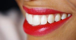 Close-up van vrouw het glimlachen met rode lippenstift Royalty-vrije Stock Foto's