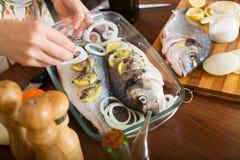 Close-up van vrouw het koken vissen Stock Fotografie