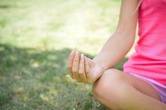 Close-up van Vrouw het Praktizeren Yoga in Lotus Position stock afbeeldingen
