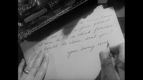 Close-up van vrouw het schrijven brief stock footage