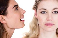 Close-up van vrouw het vertellen geheim aan vriend royalty-vrije stock afbeeldingen
