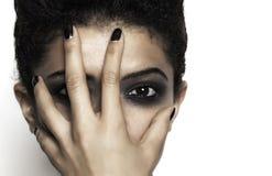 Close-up van vrouw met hand op haar gezicht stock afbeeldingen