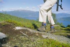 Close-up van vrouw wandeling in groot in openlucht, stock afbeeldingen