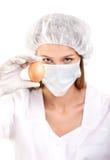 Close-up van Vrouwelijke Arts of Laboratoriumtechnicus met Ei stock afbeelding