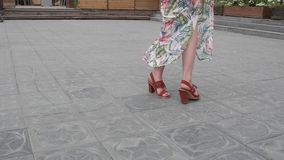 Close-up van vrouwelijke benen die in de ontwikkelende kleding lopen stock video