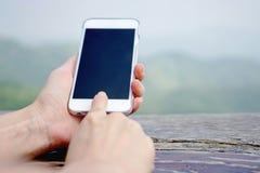 Close-up van vrouwelijke hand die een slimme telefoon met behulp van Stock Foto