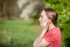 Close-up van Vrouwelijke Handen die Gehoorapparaat in Oor zetten Moderne digitaal in het oorgehoorapparaat voor doofheid en hard  royalty-vrije stock foto's