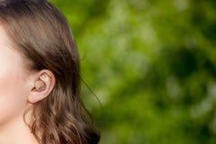 Close-up van Vrouwelijke Handen die Gehoorapparaat in Oor zetten Moderne digitaal in het oorgehoorapparaat voor doofheid en hard  stock afbeeldingen