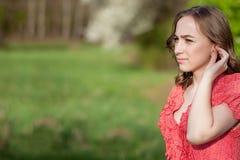 Close-up van Vrouwelijke Handen die Gehoorapparaat in Oor zetten Moderne digitaal in het oorgehoorapparaat voor doofheid en hard  royalty-vrije stock afbeelding
