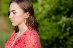 Close-up van Vrouwelijke Handen die Gehoorapparaat in Oor zetten Moderne digitaal in het oorgehoorapparaat voor doofheid en hard  stock fotografie