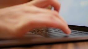 Close-up van vrouwelijke handen die op het laptop toetsenbord typen Vrouw die bij laptop in koffie werken 4K stock video