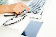 Close-up van vrouwelijke handen die op laptop toetsenbord typen Woman& x27; s hand Royalty-vrije Stock Foto's
