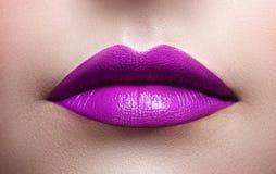 Close-up van vrouwelijke lippen stock foto's