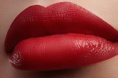 Close-up van vrouwelijke lippen met heldere make-up Macro van vrouwen` s gezicht De samenstelling van de manierlip met rode lipgl Royalty-vrije Stock Foto