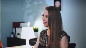 Close-up van vrouwelijke patiënt die gevoel en emoties op het overleg met psycholoog beschrijven stock videobeelden