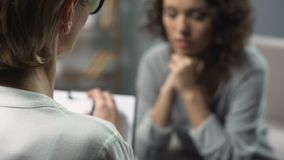Close-up van vrouwelijke psycholoog die zitting met haar patiënt hebben, geestelijke gezondheid stock videobeelden