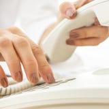 Close-up van vrouwelijke telefoonexploitant die een telefoonaantal draaien royalty-vrije stock afbeeldingen
