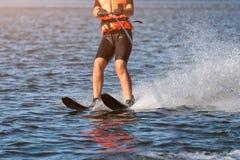 Close-up van vrouwen de berijdende waterskien lichaamsdelen zonder een gezicht Atletenwater die en pret hebben ski?en Levend gezo royalty-vrije stock fotografie