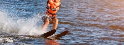 Close-up van vrouwen de berijdende waterskien lichaamsdelen zonder een gezicht Atletenwater die en pret hebben ski?en Levend gezo stock afbeelding