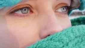 Close-up van vrouwen` s blauwe ogen stock videobeelden