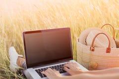 Close-up van vrouwen` s handen die op laptop intikken Het lege scherm Stock Foto