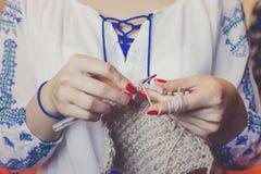 Close-up van vrouwen` s handen het breien Stock Foto